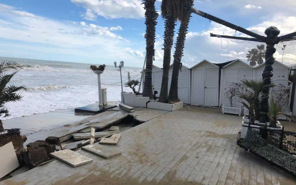 FOTO   ALBA ADRIATICA, MAREGGIATA DEVASTA LITORALE NORD: DANNI AGLI CHALET