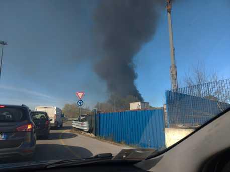 Incendio in azienda a Città Sant'Angelo: al lavoro i vigili del fuoco