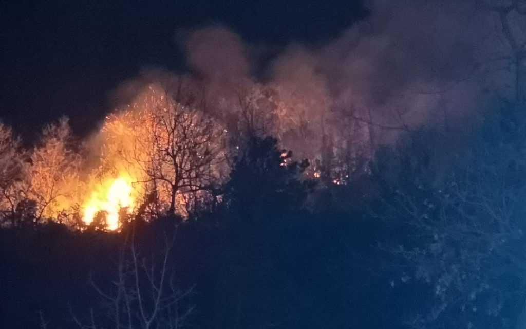 FOTO e VIDEO   A fuoco sterpaglie e bosco nel Teramano:  in corso a Roiano di Campli, Ioanella e Poggio Rose