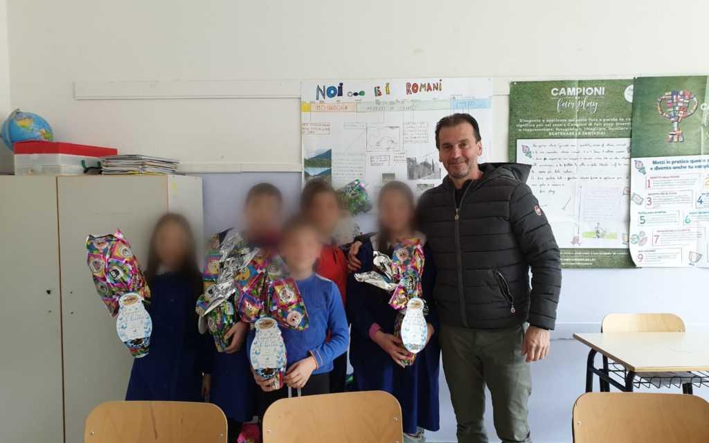 FOTO | Uova di Pasqua ai ragazzi di Valle Castellana: il vice Sindaco devolve i propri gettoni di presenza