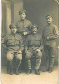 Jan-Kelbl-con-la-divisa-della-Legione in piedi a dx