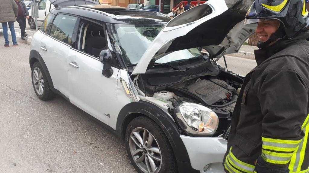 FOTO e VIDEO | Spettacolare incidente in largo Madonna delle Grazie: illesa la conducente