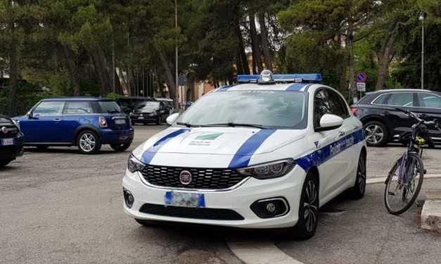 FOTO |  Silvi, auto della Polizia Municipale parcheggia in divieto di sosta