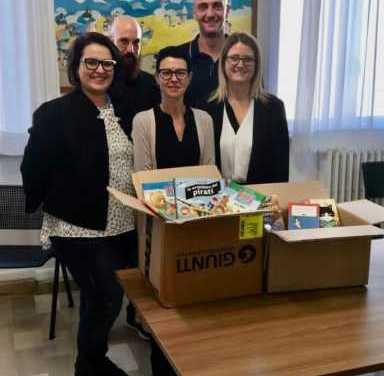 La Carbotech dona libri e pc alle scuole di Martinsicuro