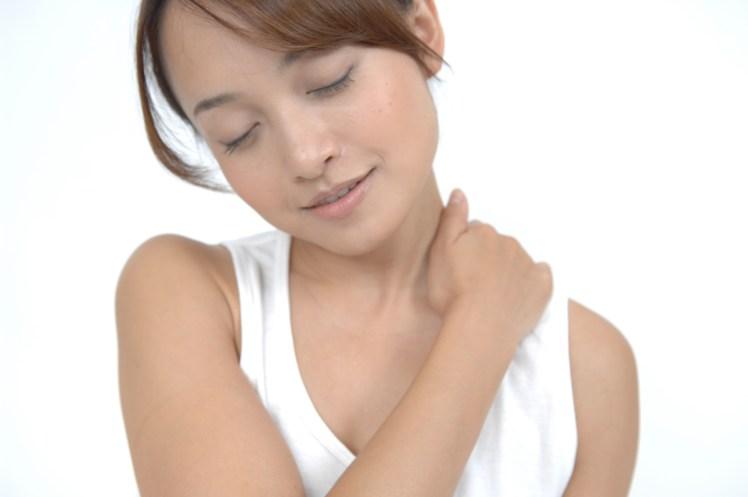 """首が太く顔が大きくなる!? <br>放っておけない肩こりを""""寝る前深呼吸とワキのポンピング""""で退治!"""
