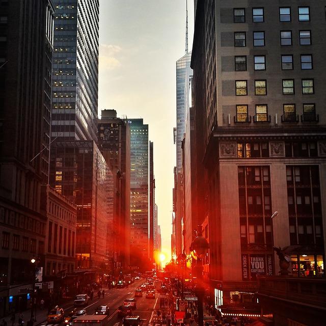 都会に現れる光の道