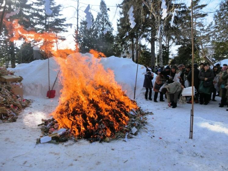 「どんど焼きの火に当たると若返る?」日本全国で行われる、多くの御利益を得られるという「どんど焼き」とは?
