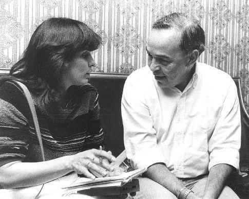 El escritor, ensayista y dramaturgo, Isaac Chocrón, conversando con la periodista Elizabeth Araujo