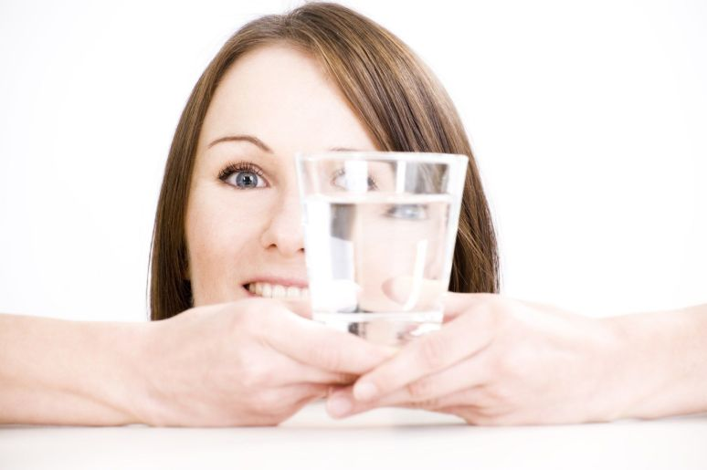 Junge Frau mit Wasserglas - young woman with water glass