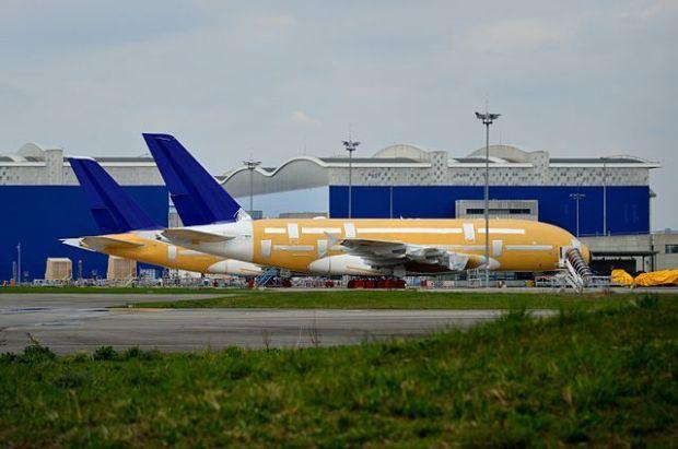 Un par de A380s de Skymar viendo el tiempo pasar en TLS, Gyrostat (Wikimedia, CC-BY-SA 4.0)