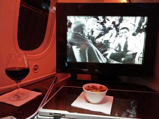 Bogart viendo como me jalo un rico bol de frutos secos que te dan mientras esperas de cenar