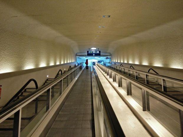 Como os he dicho antes, el embarque se hace a través de unos satélites que están conectados a la terminal principal mediante pasillos subterráneos.