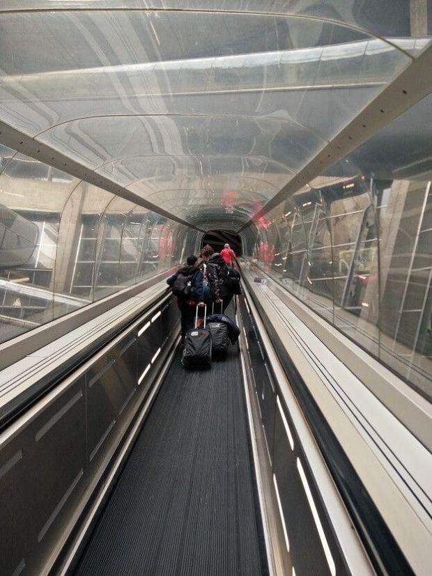 Subiendo por las escalareas. La impresión que da este acceso es futurista total... pero fue construido en los años 70!