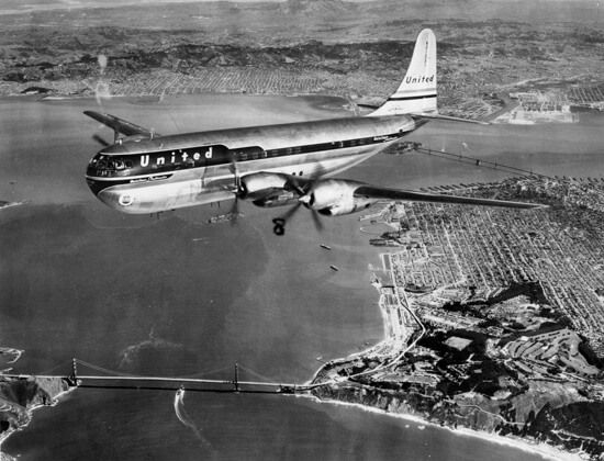 Un Stratocruiser de la United Airlines sobrevolando el Golden Gate (San Diego Air & Space Museum Archives)