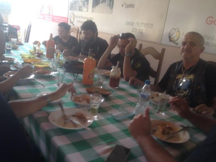 Almoçando com os amigos