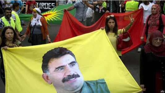 مظاهرة خرجت في باريس السبت للتضامن مع ايزيديي العراق ترفع صورة اوجلان