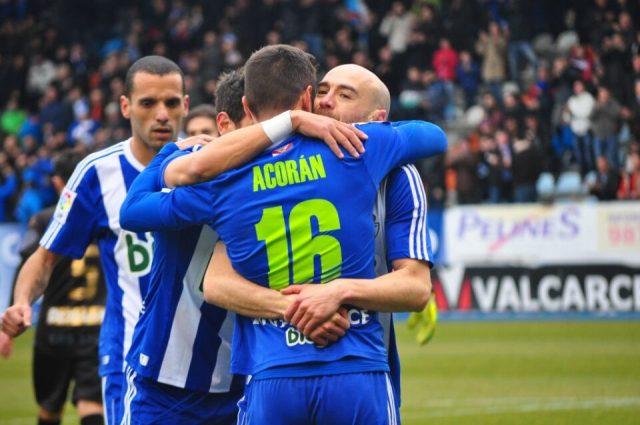 Infante y Acorán se abrazan tras el gol del burgalés, que abría el marcador