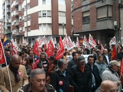 Medio millar de personas recorrieron el centro de Ponferrada para pedir la mejora salarial
