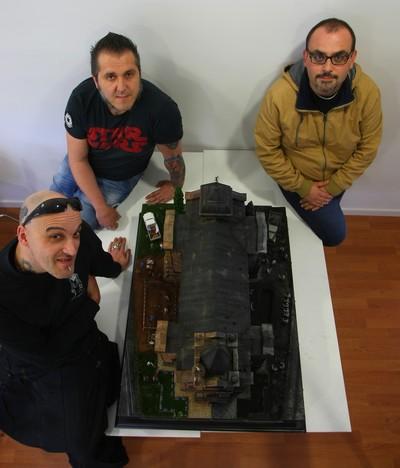 Tahoces, Santano y González posan junto al diorama 'El quinto mandamiento' (C. Sánchez/Ical)