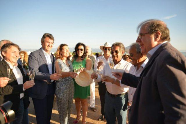 Brindis de buena parte de los representantes políticos y amigos del Palacio de Canedo este miércoles. / QUINITO