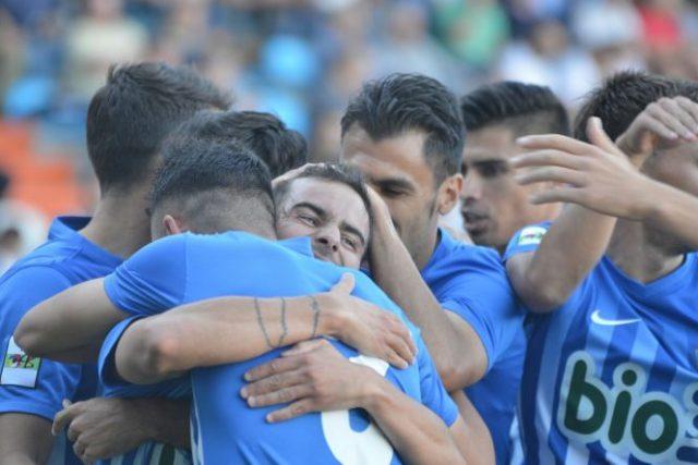 Los jugadores de la Deportiva celebran el gol de Menudo. / QUINITO