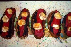 tostadaaceitunas bandeja - Tostadas de paté de aceitunas, pimientos del piquillo y queso brie fundido