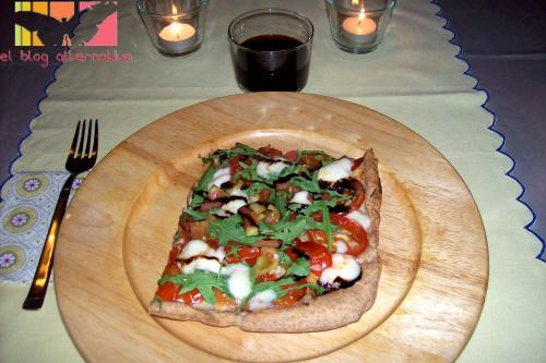 pizza de rucula, tomate y queso con miel