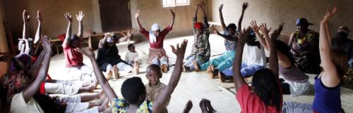 yoga 2 - YOGA para superar el trauma de la violencia y los genocidios: la gran labor de Project Air