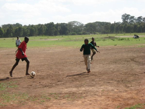 soccket jugando al futbol - sOccket: el balón de fútbol que genera energía eléctrica