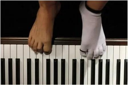 """pies - Liu Wei, joven pianista con los pies: """"Pienso que en mi vida sólo tengo dos caminos: uno me llevaría a morir rápidamente y otro a llevar una vida maravillosa"""""""