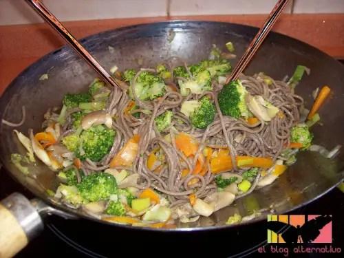 receta de wok de verduras y fideos japoneses