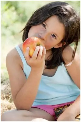 niña comiendo - ¿VIVIR SIN COMER o comer sin vivir? La otra cara de la nutrición pránica