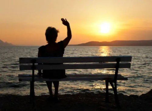 despedida - Woman on bench and sunset - vacation background