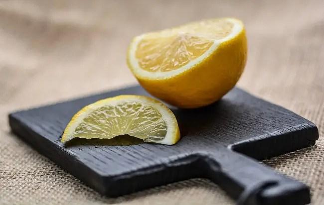 Limón para tus metales - Como limpiar el baño: Trucos que realmente funcionan