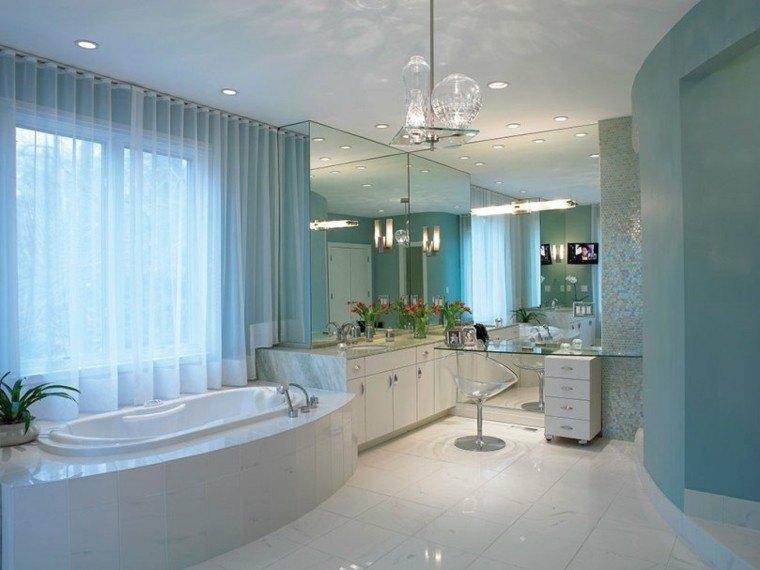baños en blanco, gris y azul
