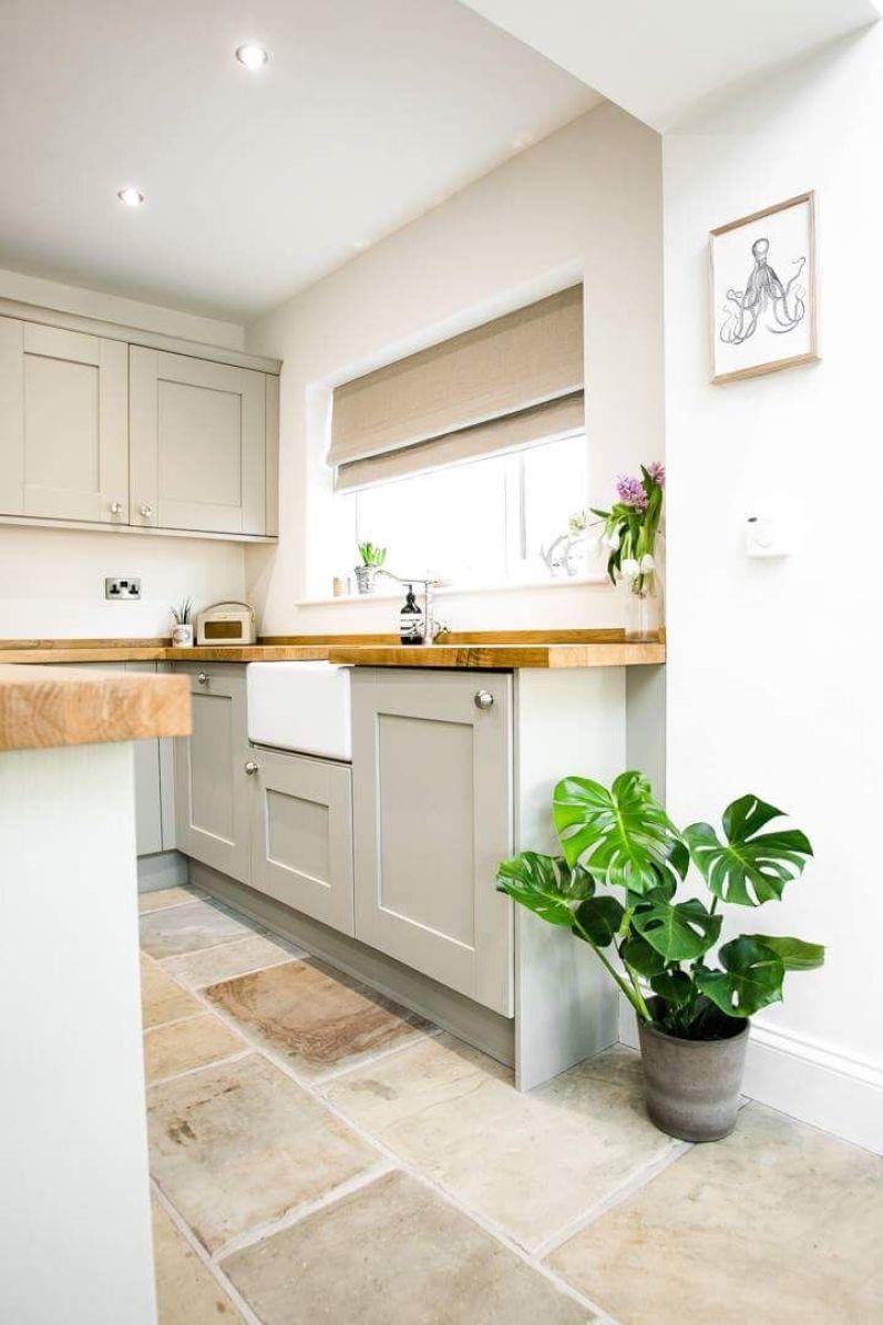 Electrodomésticos: horno microondas blanco y mesada de madera