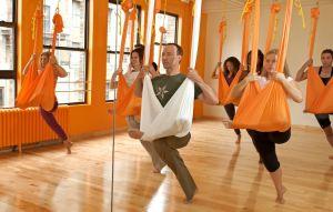 Clase de yoga aéreo