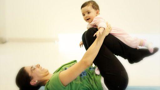 Yoga mamás y bebés haciendo abdominales