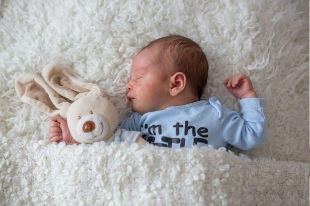 La dermatitis atópica es una enfermedad que suele aparecer en los primeros meses de los bebés.
