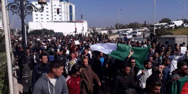 """تحت ضغط الشارع.. حكومة الجزائر تعد بتحقيق """"إرادة الشعب"""""""