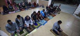 صلاة التراويح تجمع مصلين بمنزل فلسطيني