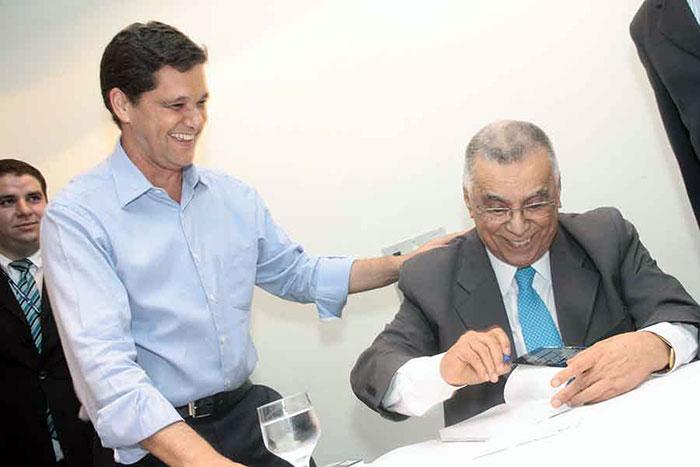 Ricardo Ferraço esperando o autógrafo de Memórias do Meu Tempo