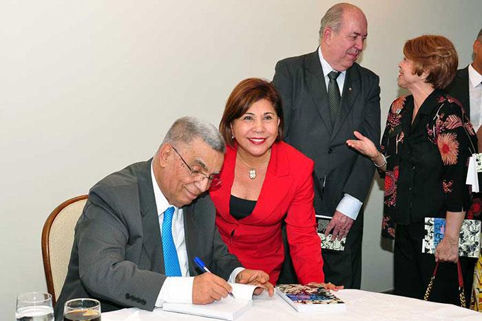 Elcio com a deputada Luzia Toledo, no lançamento de suas memórias