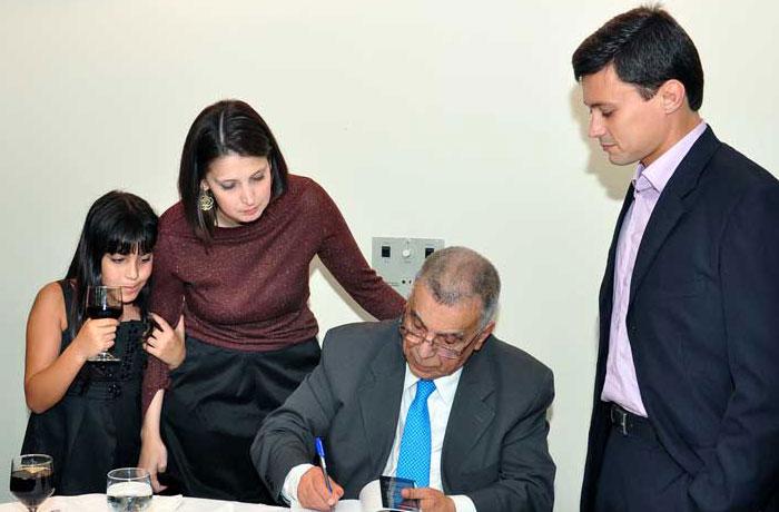 Elcio autografa seu livro para os netos Juliana, Elcio Neto e Luiza