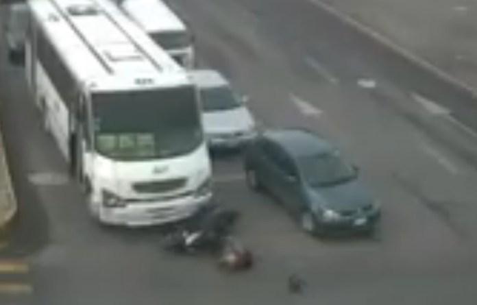 autobus arrolla a motorizado en mexico