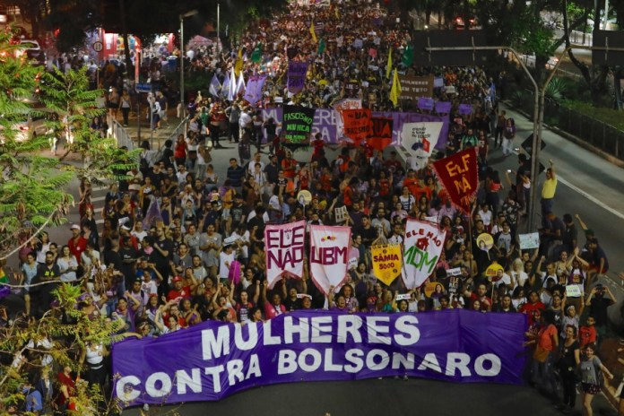 mujeres protestan contra bolsonaro en brasil