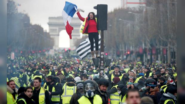 (+Videos y fotos)Arde París: Reprimen duramente protestas contra el alza de precios del combustible