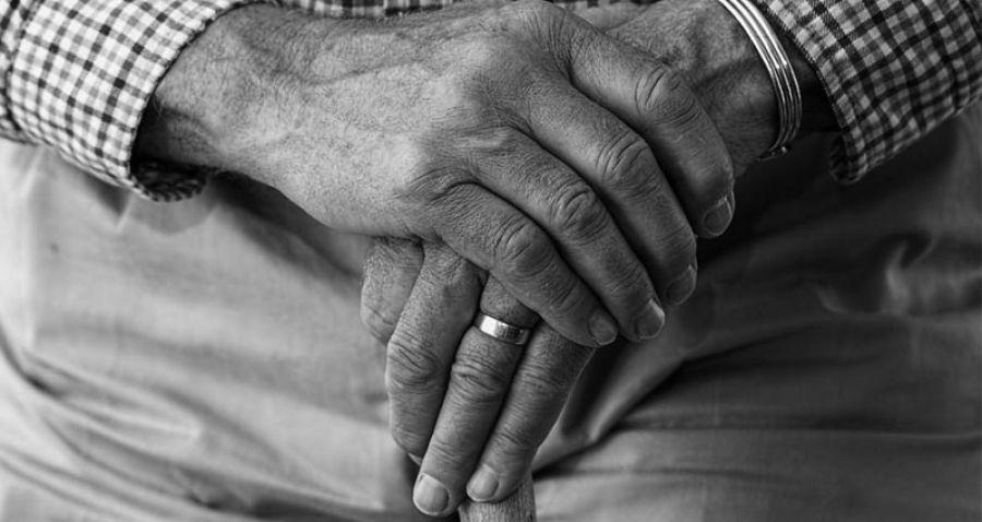 ¡Aberrante! Una mujer puso a su padre con Alzheimer en un vuelo para deshacerse de él