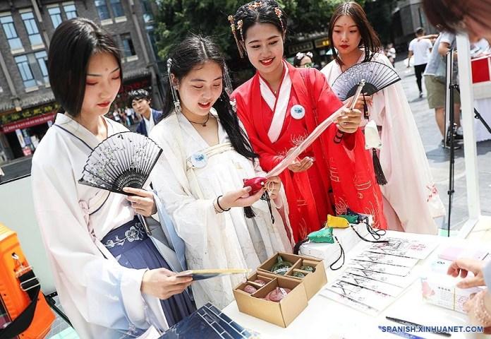 """No hay un solo tipo de """"Hanfu"""", cada una de las dinastías dominadas por los Han, que se sucedieron a lo largo de los 5000 años de historia china, lo asoció a un estilo diferente. Foto:&nbsp;<em>Spanish Xinhuanet.com.</em>&nbsp;<em>.</em>"""