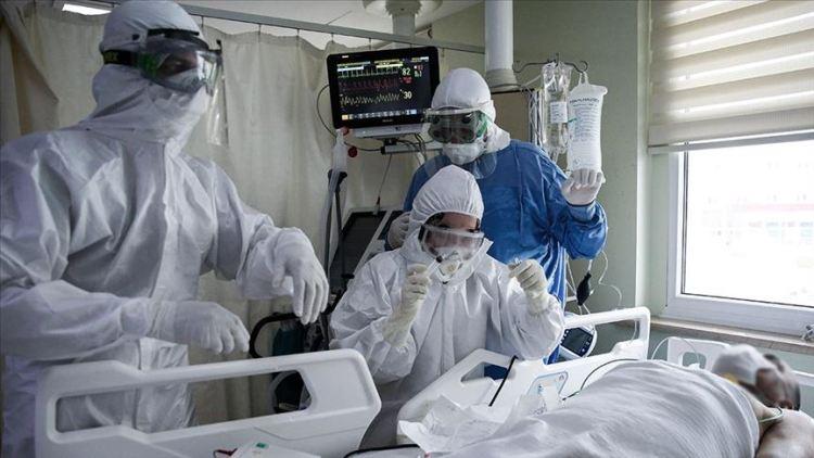 Una persona se encuentra conectada ventilación mecánica